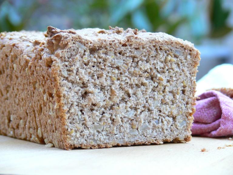 Corte del pan de trigo sarraceno y espelt