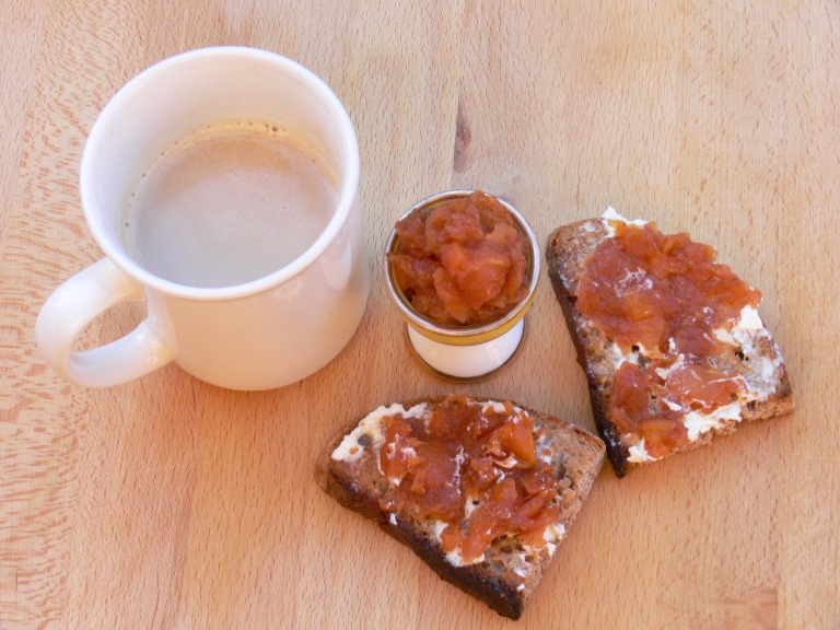Merienda con pan de espelta, mantequilla y mermelada de higo sin azúcar.