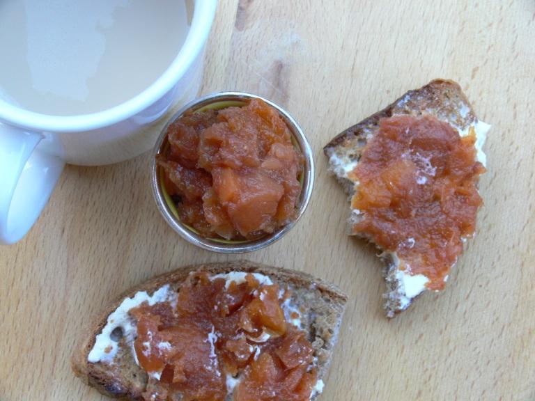 Merendando pan de espelta con mermelada de higo sin azúcar